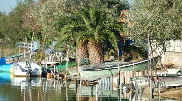 Bateaux sur les berges de camargue