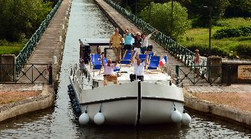 péniche sur le pont-canal