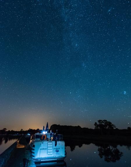 Paysage nocturne en bateau fluvial
